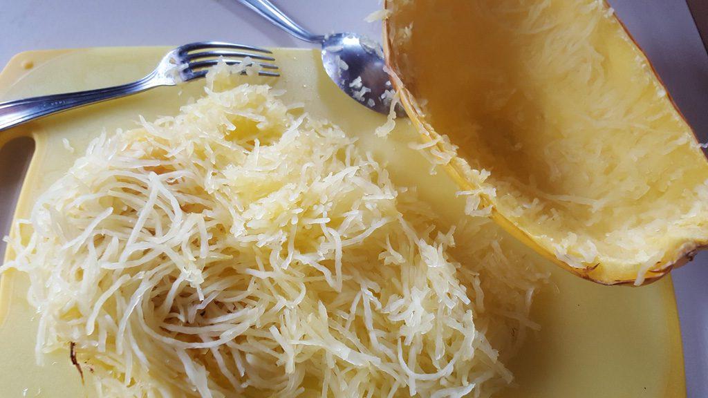 Courge spaghetti qui a été coupée en deux et mise au four à 180° C pendant 35 minutes environ