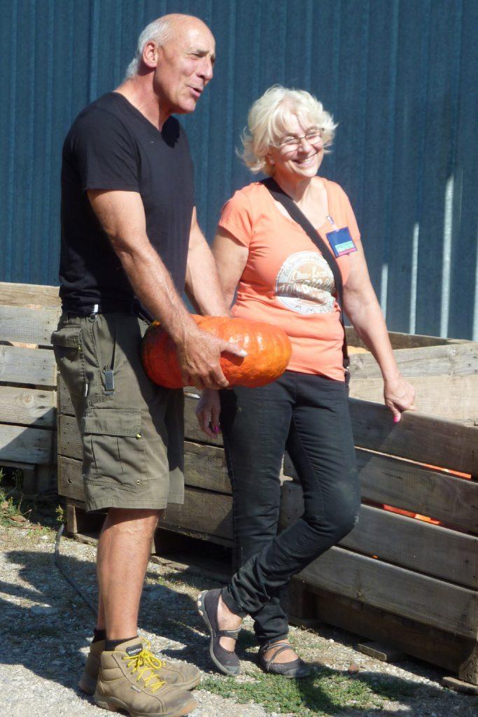 Frieda et Jean-Pierre avec le potiron dont il faudra deviner le poids