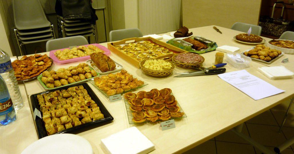 Une partie du buffet avant 19 h : tous les gâteaux sucrés ou salés ne sont pas encore arrivés !